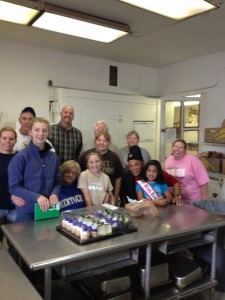 miss_kentucky_princess_aaniyah_burnett__with_the_volunteers_at_the_lords_kitchen.jpeg (2)
